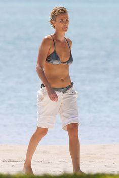 Шарлиз Терон на пляже Майами