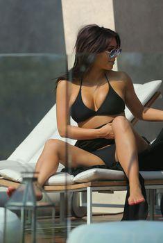 Ким Кардашьян в черном бикини на съемках реалити-шоу в Таиланде