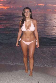 Утренние купания Ким Кардашьян в Майами