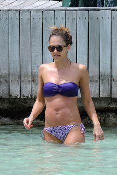 Джессика Альба в фиолетовом купальнике в Сен-Бартелеми